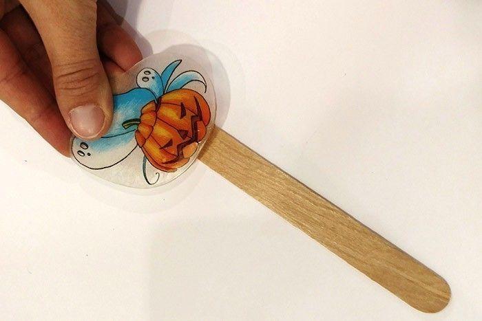 ETAPE 7/8 Ajustez rapidement votre dessin pour le coller tout en haut du bâton.