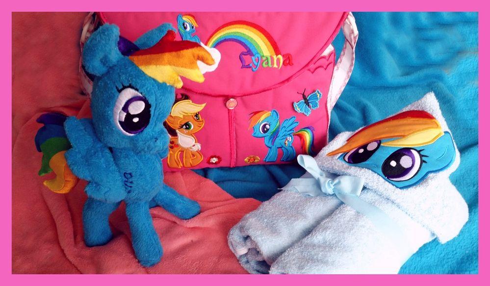 Un sac à langer entièrement créé et    peluche Little pony également  et cape  à capuche  pour la chambre de bébé !
