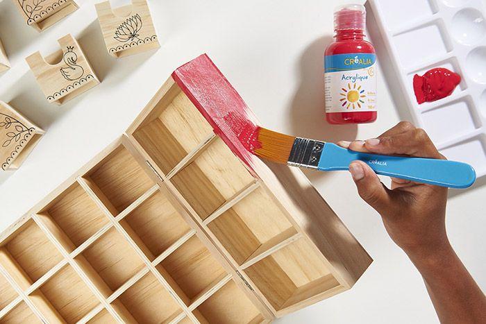 1. Retirer tous les tiroirs et peindre le petit meuble à casiers en rouge.