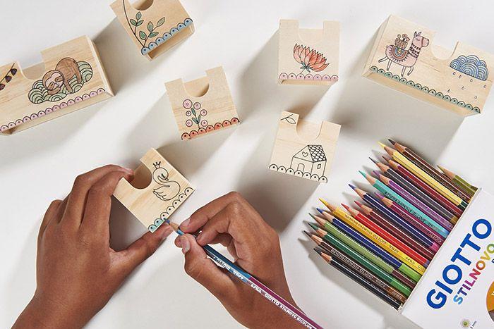 2. Colorier les différents dessins sur les tiroirs avec les crayons de couleurs.