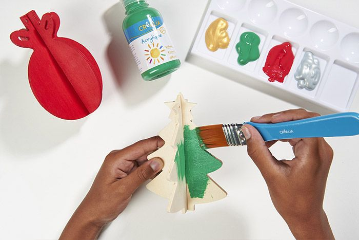 2. Peindre de différentes couleurs les formes en bois.