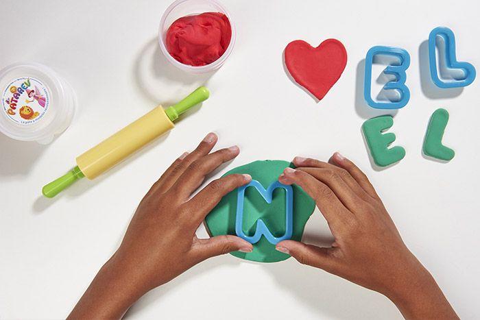 3. Etaler la Patarev verte et découper les lettres N, E et L avec les emporte-pièces.