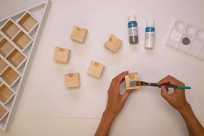 1. Retirer les tiroirs du calendrier et peindre le support casier en blanc. Laisser sécher. Peindre 6 faces de tiroirs en gris. Laisser sécher.