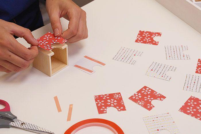 5. Coller les découpes de papiers sur les façades des tiroirs correspondants à l'aide de l'adhésif double-face.