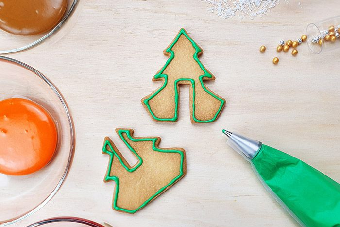 Décorer de glace royale : Réaliser en premier lieu les contours sur votre biscuits.