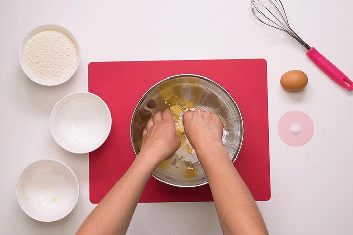 Préparation de la pâte sucrée : 1. Mélanger le beurre avec le sucre glace, ajouter l'œuf et mélanger avec un fouet. Déposer la farine et le sel sur le tapis et faire un puit avec son poing. Ajouter le premier mélange et lier l'ensemble à l'aide d'un coupe pâte. Astuce : lisser la pâte en l'écrasant avec la paume de la main. Former un disque de pâte, le filmer et réfrigérer 30 minutes.
