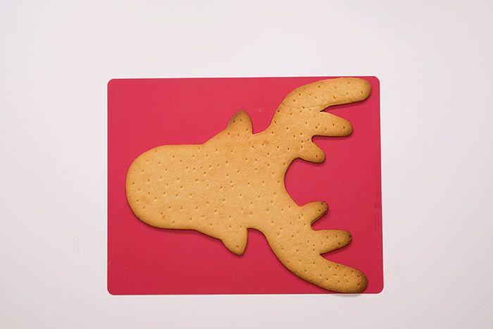 3. Fariner le plan de travail et étaler la pâte à l'aide d'un rouleau. Piquer la pâte avec une fourchette. Presser l'emporte-pièce XXL renne et retirer l'excédent de pâte. Cuire environ 12 à 15 minutes à 180°C dans un four préchauffé : le biscuit est doré une fois cuit. Laisser refroidir.