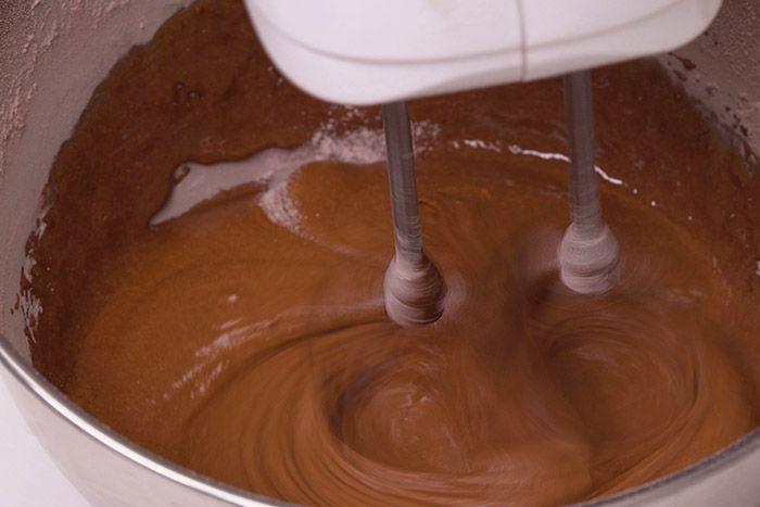 Préparation de la génoise : 1. Mélanger dans un cul de poule 4 œufs, 65 g d'eau et la préparation génoise chocolatée. Fouetter pendant 1 minute à vitesse lente puis 6 minutes à vitesse rapide.