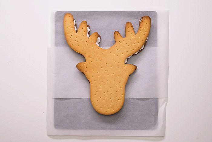 2. Poser délicatement dessus le renne de pâte sucrée.