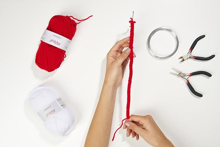 3.Insérer le fil d'aluminium dans tricotin.