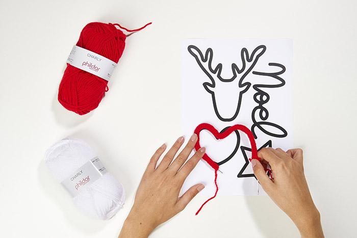 4.Télécharger et imprimer le gabarit. Positionner le tricotin sur le motif choisi et créer la forme.