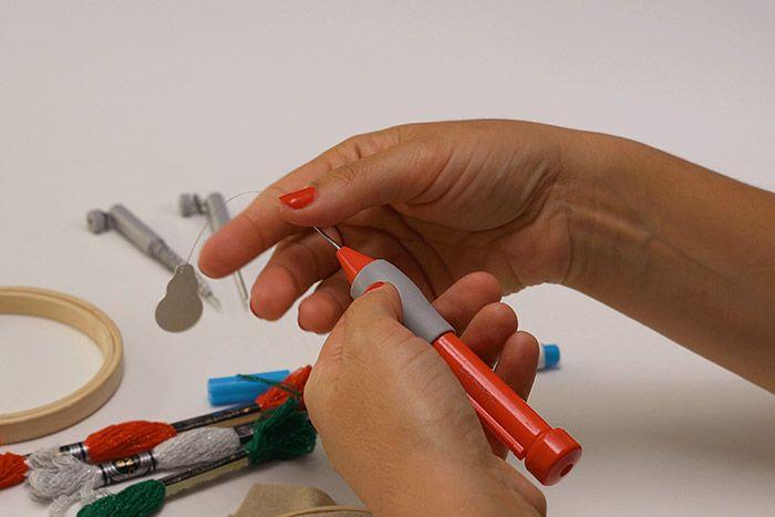 Préparation du punch needle 1. Retirer le capuchon du punch needle, insérer l'aiguille fine et refermer le capuchon. Positionner la vis sur le repère 8 pour une longueur de boucle standard. Insérer l'enfile-aiguille dans l'aiguille fine.