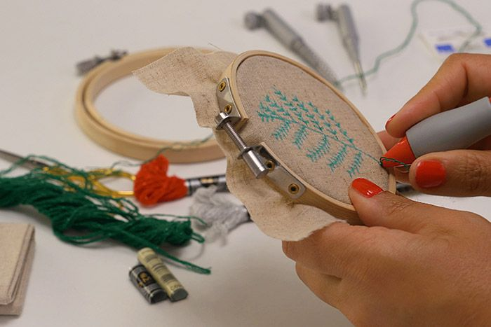Le motif végétal Tenir l'outil par le manche et le maintenir en position verticale. Enfoncer le punch needle dans le tissu et retirer le fil à l'arrière. Le maintenir avec le doigt.