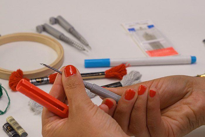 Remplissage du motif : 1. Pour remplir un motif, changer l'aiguille du punch needle par l'aiguille moyenne et insérer une longueur de 6 brins de fil mouliné étoile.