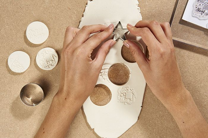 3. Couper des formes à l'aide des emporte-pièces. Laisser sécher 24h. Conseil : penser à réaliser un petit trou à l'aide d'un pic pour y glisser une ficelle.