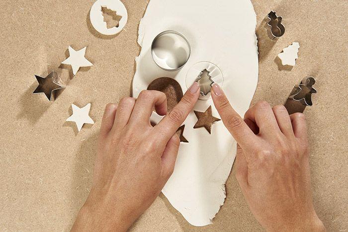 2. Couper des formes de Noël à l'aide des emporte-pièces. Laisser sécher 24h. Conseil : penser à réaliser un petit trou à l'aide d'un pic si la forme est pleine pour y glisser une ficelle.