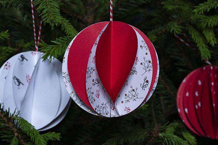 7. Réaliser d'autres boules alvéolées avec d'autres motifs de papiers pour varier la décoration du sapin.