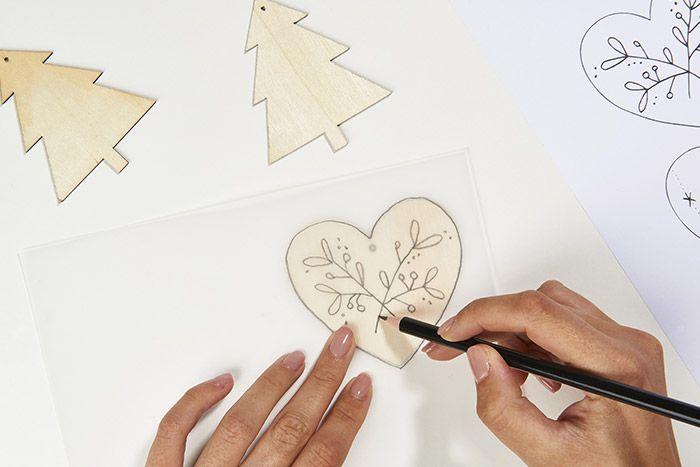 1. Télécharger, imprimer et reporter les gabarits sur la forme en bois.
