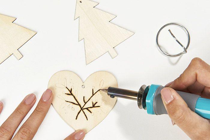 2. Positionner la pointe micro et pyrograver les motifs.