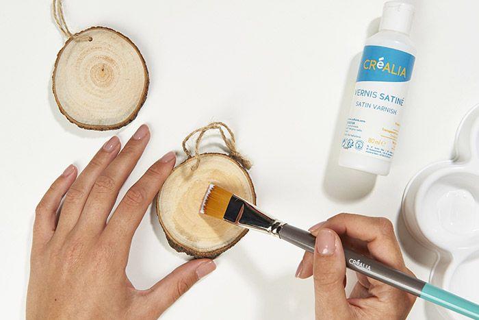 1. Pour une meilleure adhérence de l'encre sur le bois, protéger le rondin d'une couche de vernis mat. Laisser sécher.