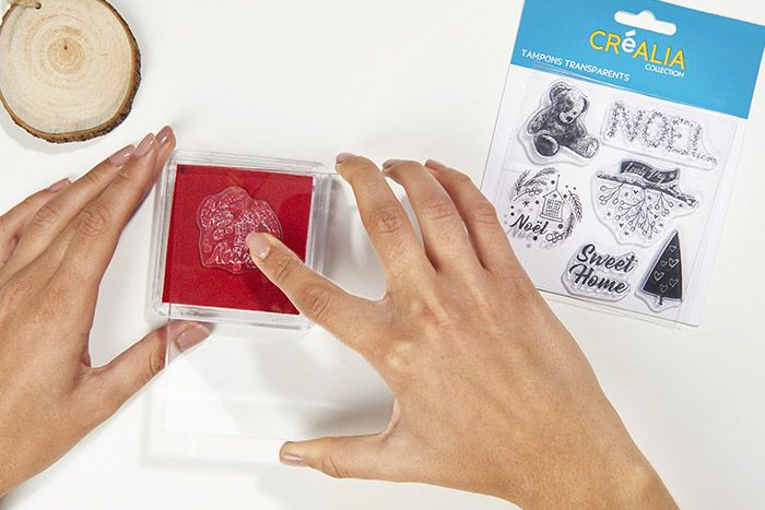2. Positionner un tampon transparent sur le bloc acrylique et l'enduire d'encre rouge à embosser (séchage lent).