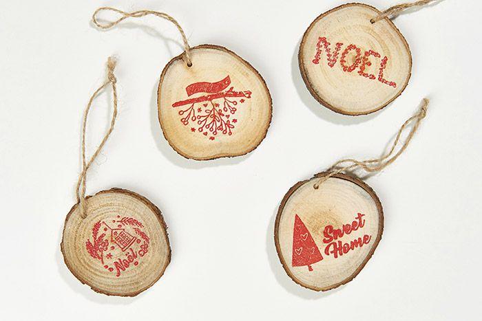 7. Créer plusieurs rondins décorés de différents motifs tamponnés et embossés et les suspendre dans le sapin.