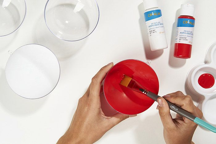 1. Peindre l'intérieur d'une demie boule avec la peinture.