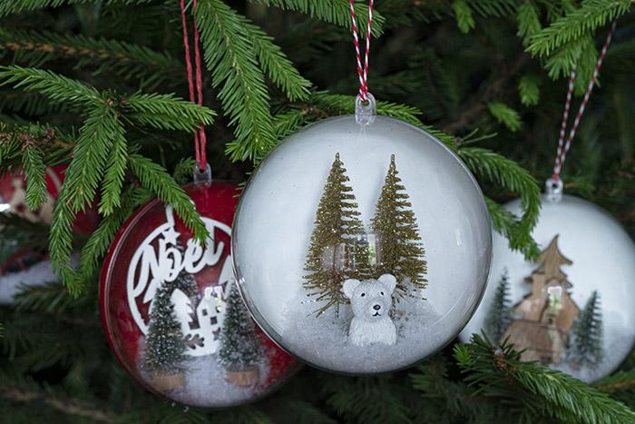 5. Réaliser d'autres boules de Noël avec différents éléments : mini sapins, sujets en résine, accessoires décoratifs ...