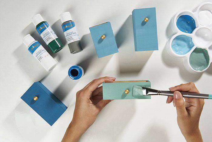 2. Préparer les mélanges de couleurs en suivant les dosages recommandés. Peindre les tiroirs avec les différentes couleurs. Laisser sécher.