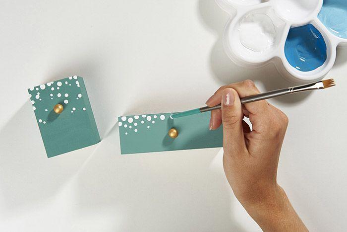 4. Pour créer un effet « pluie de neige » sur certains tiroirs, enduire l'embout du pinceau de peinture blanche et marquer des petits points du haut vers le bas.