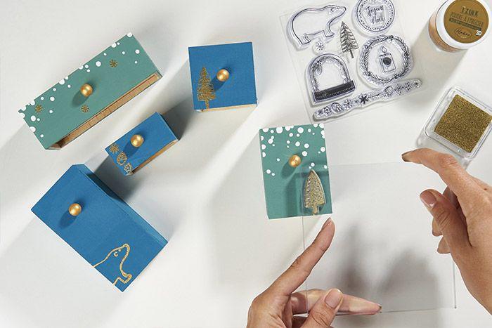 5. Technique de l'embossage : Positionner un tampon transparent sur le bloc acrylique et l'enduire d'encre dorée. Appliquer sur le support ou les tiroirs