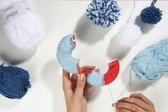 1. Assembler les deux parties du faiseur de pompons et enrouler la laine sur chacune en veillant à avoir une certaine épaisseur.