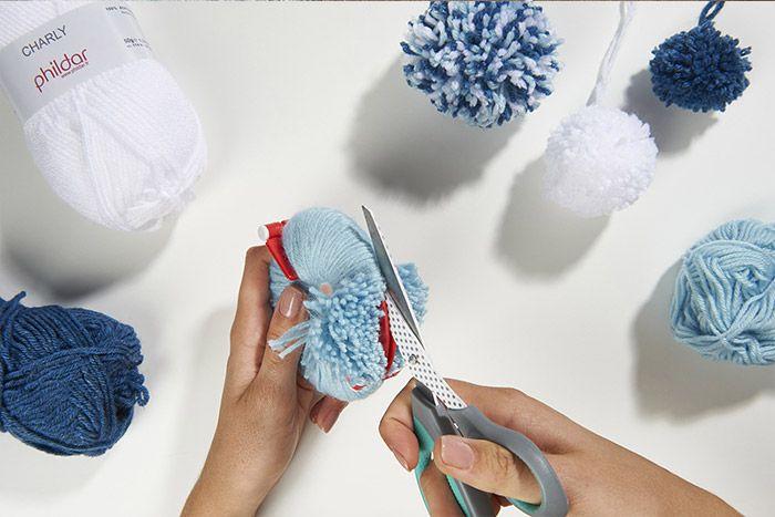2. Fermer les deux parties et couper la laine au centre.