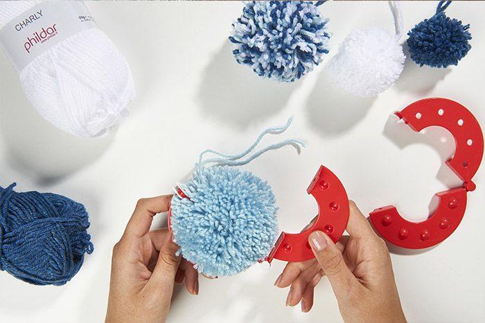 4. Désassembler le faiseur de pompon pour découvrir le pompon réalisé.