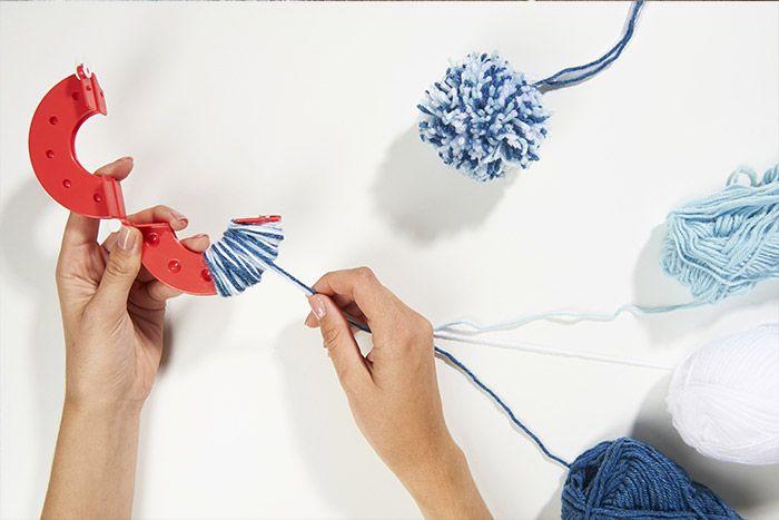 5. Pour réaliser des pompons tricolores, mélanger trois couleurs de laine.