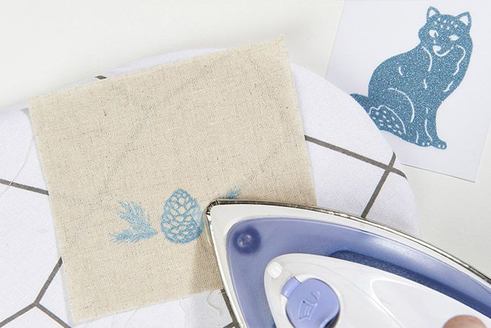 2. Choisir un thermocollant ou en associer plusieurs sur le tissu. Repasser les motifs les uns après les autres.