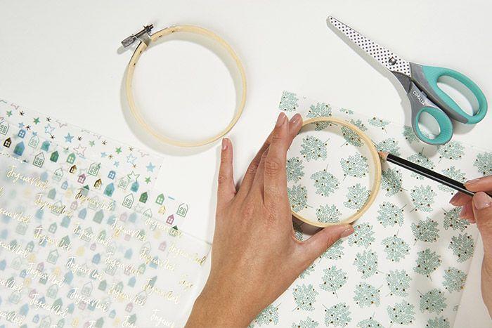 1. Reporter le cercle en bois (extérieur) du tambour sur un papier calque de la collection. Découper.