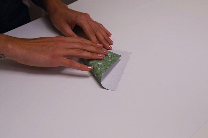 1.Pour créer une première branche de l'étoile, plier en deux un carré de papier sur une diagonale.