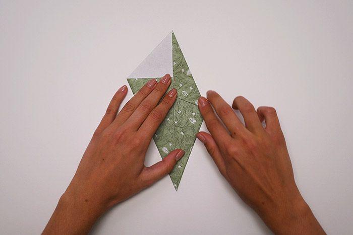 3. Rabattre les deux côtés supérieurs vers la diagonale pour former un losange.