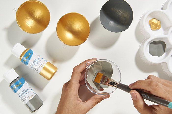 1. Peindre l'intérieur d'une boule transparente 7 cm avec la peinture dorée ou grise. Laisser sécher puis refermer la boule.