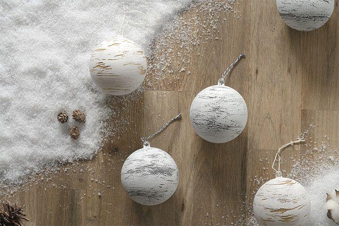 4. Couper une longueur de ficelle bicolore pour les suspendre au sapin de Noël