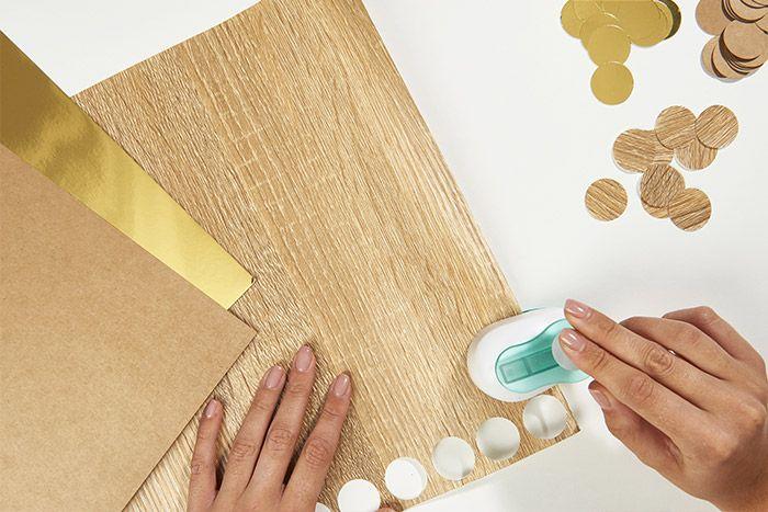 1. Perforer dans différents papiers des ronds de 2,5 cm pour une boule de 7 cm et des ronds de 1,5 cm pour une boule de 5 cm. 110 ronds sont à perforer au total.