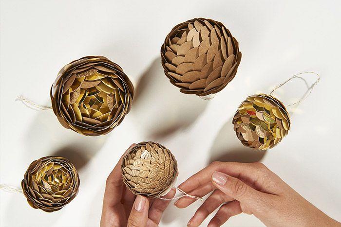 4. Créer d'autres pommes de pin en variant les couleurs de papiers et les tailles de boules polystyrène.