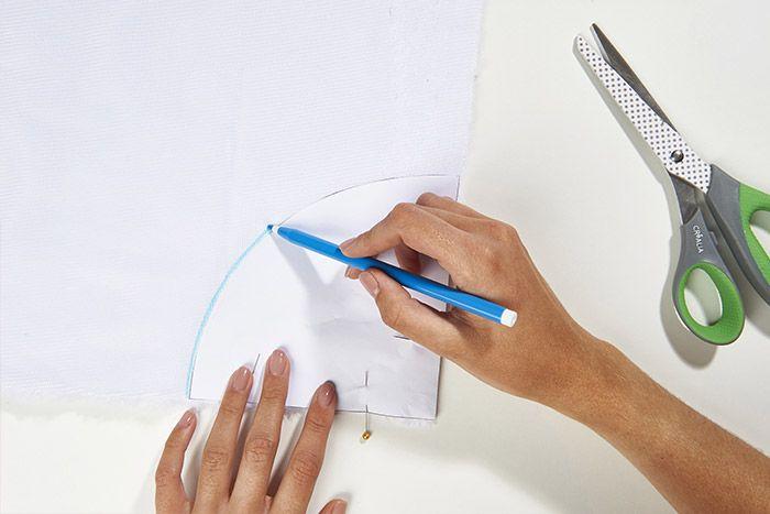 1. Télécharger et découper le gabarit. L'épingler sur l'envers du tissu fourrure et tracer son contour avec un feutre effaçable. Couper la pièce.