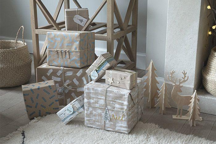 Les cadeaux sont prêts pour être déposés au pied du sapin.