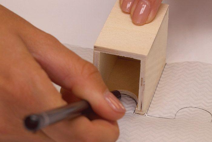 Collage du papier décopatch® 1. Reporter au dos des papiers décopatch® les façades de certains tiroirs. Les découper.