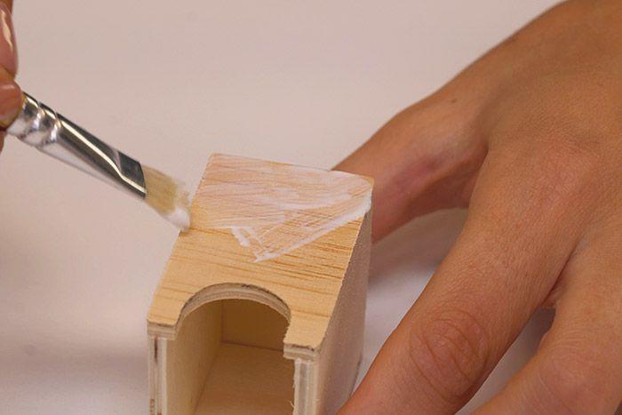 2. Encoller de vernis colle une façade d'un tiroir.