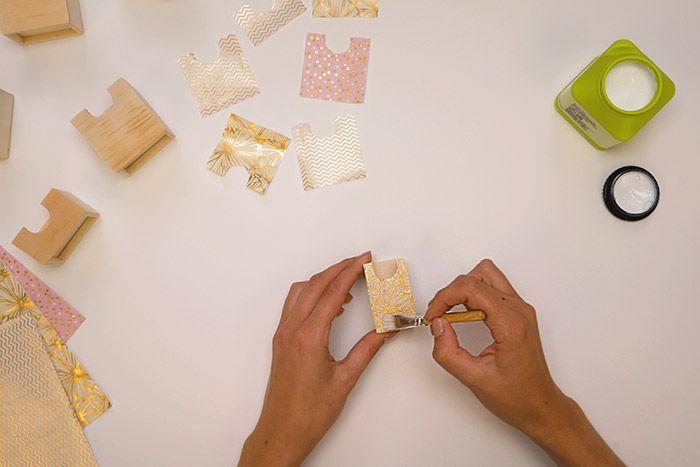 3.Positionner le papier décopatch découpé et lisser le papier du centre vers l'extérieur avec le pinceau enduit de vernis colle. Répéter ces actions pour tous les tiroirs choisis. Laisser sécher.