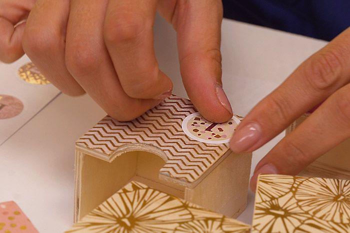 4. Coller les stickers de l'avent. Astuce : repasser une couche de vernis colle pour un rendu permanent.