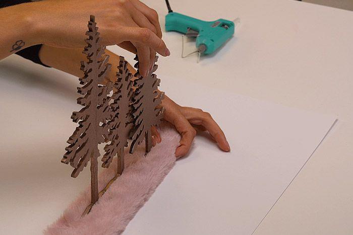 Réaliser des entailles dans la fourrure sur socle pour placer la scénette cuivrée. Coller l'ensemble dans le cadre du support.